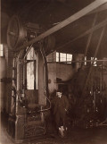 © Foto Photito. 1919. Patricio Echeverría junto a un martillo. Estampación.